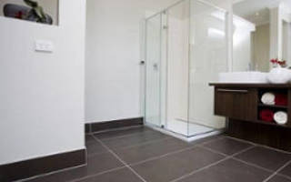 Как сделать плинтус в ванной на полу?