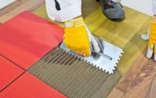 Как приклеить плитку на деревянный пол?