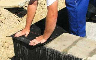 Укладка первого венца из бруса на фундамент