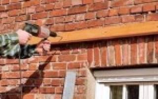 Как закрепить брус к кирпичной стене?