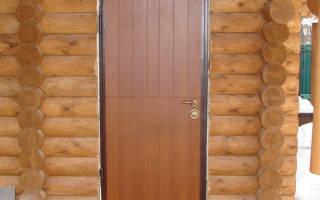 Как поставить металлическую дверь в деревянном доме?