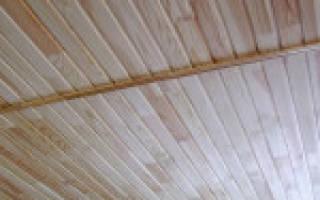 Как обшить потолок вагонкой в деревянном доме?
